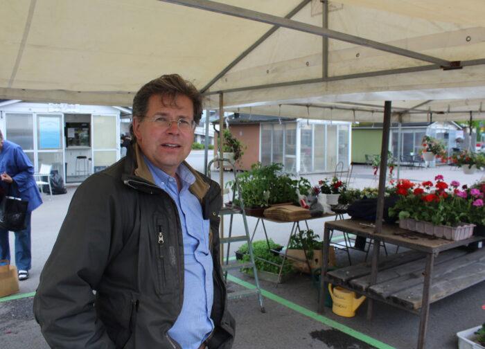 Mika Paakko myy kukkia Lappeenrannan kauppatorilla